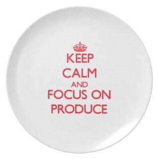 Guarde la calma y el foco en la producción plato de comida