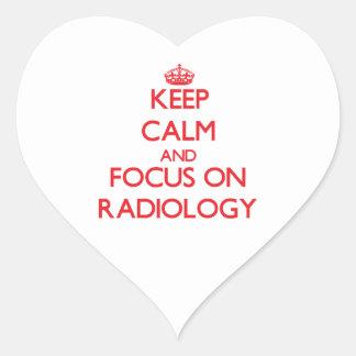 Guarde la calma y el foco en la radiología pegatina en forma de corazón