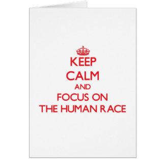 Guarde la calma y el foco en la raza humana tarjeta de felicitación
