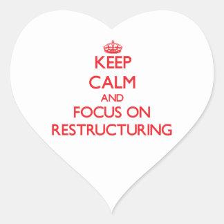 Guarde la calma y el foco en la reestructuración pegatina en forma de corazón
