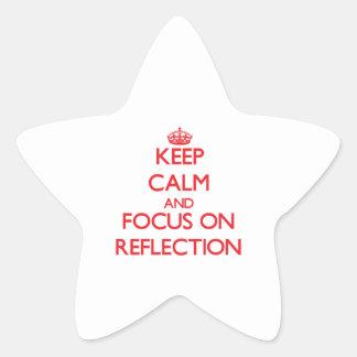 Guarde la calma y el foco en la reflexión calcomanía cuadrada