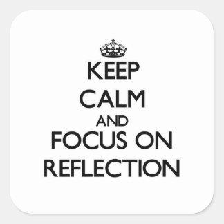 Guarde la calma y el foco en la reflexión calcomanías cuadradass