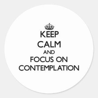 Guarde la calma y el foco en la reflexión pegatina redonda