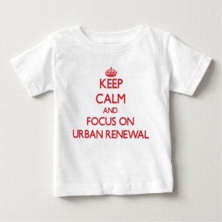Guarde la calma y el foco en la renovación urbana t shirts