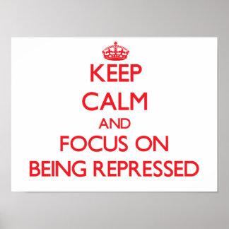 Guarde la calma y el foco en la represión posters