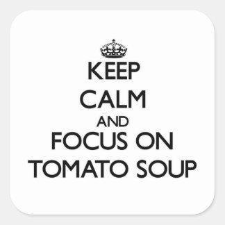 Guarde la calma y el foco en la sopa del tomate pegatina cuadradas personalizadas