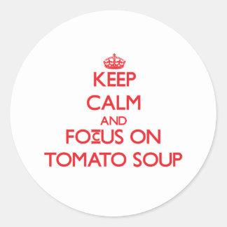 Guarde la calma y el foco en la sopa del tomate etiqueta redonda