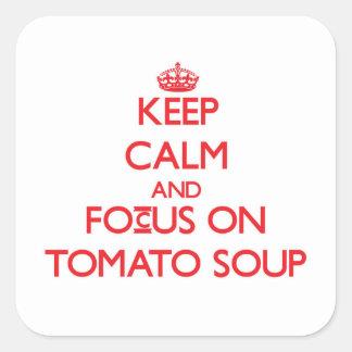 Guarde la calma y el foco en la sopa del tomate calcomanía cuadradas personalizadas