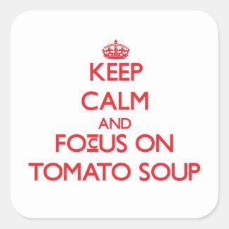 Guarde la calma y el foco en la sopa del tomate calcomanías cuadradases