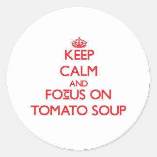 Guarde la calma y el foco en la sopa del tomate etiquetas redondas