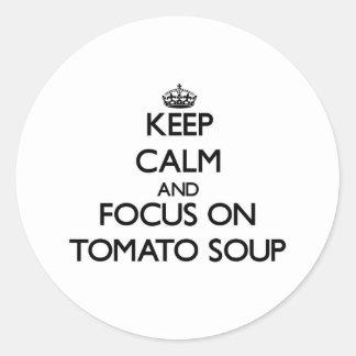 Guarde la calma y el foco en la sopa del tomate pegatinas redondas