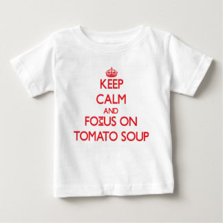 Guarde la calma y el foco en la sopa del tomate t-shirts