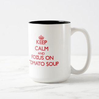 Guarde la calma y el foco en la sopa del tomate taza dos tonos