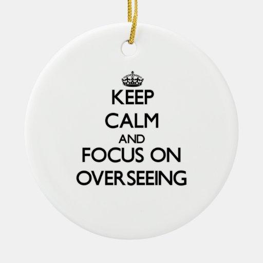 Guarde la calma y el foco en la supervisión ornamento de navidad