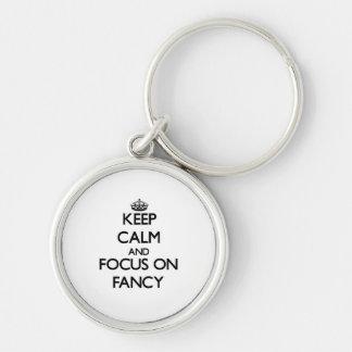 Guarde la calma y el foco en la suposición llaveros