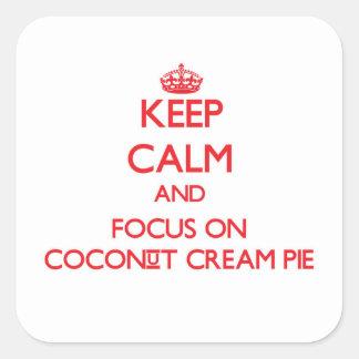 Guarde la calma y el foco en la tarta de crema del calcomanías cuadradas