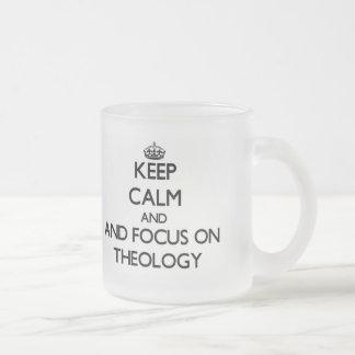 Guarde la calma y el foco en la teología taza de cristal