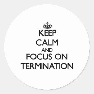 Guarde la calma y el foco en la terminación etiqueta redonda