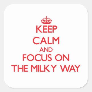 Guarde la calma y el foco en la vía láctea pegatina cuadrada