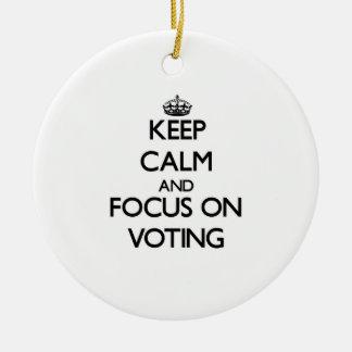 Guarde la calma y el foco en la votación ornamento de navidad