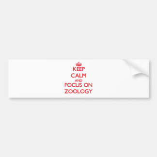 Guarde la calma y el foco en la zoología etiqueta de parachoque