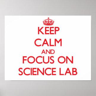 Guarde la calma y el foco en laboratorio de cienci póster