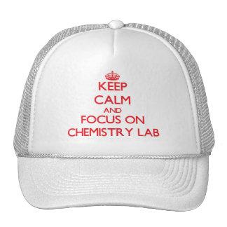 Guarde la calma y el foco en laboratorio de químic gorras de camionero