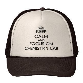 Guarde la calma y el foco en laboratorio de químic gorro de camionero