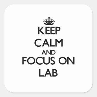 Guarde la calma y el foco en laboratorio calcomanías cuadradass personalizadas
