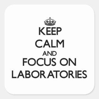 Guarde la calma y el foco en laboratorios calcomanías cuadradass
