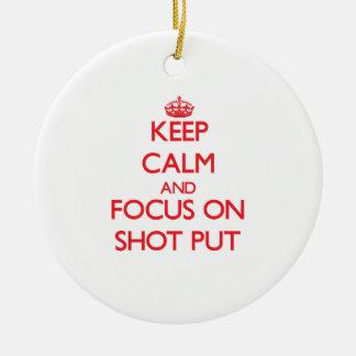 Guarde la calma y el foco en lanzamiento de peso adorno navideño redondo de cerámica