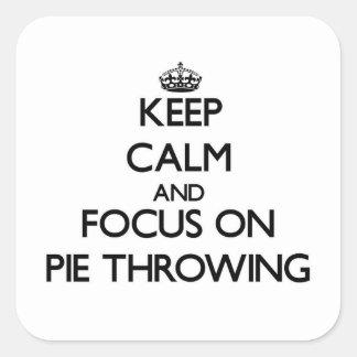 Guarde la calma y el foco en lanzar de la empanada pegatina cuadrada