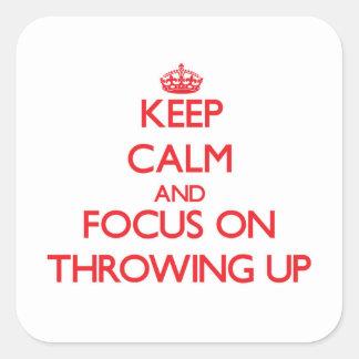 Guarde la calma y el foco en lanzar para arriba pegatina cuadrada
