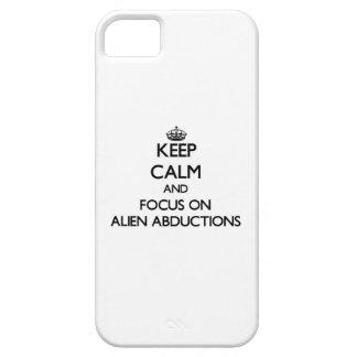 Guarde la calma y el foco en las abducciones extra iPhone 5 Case-Mate carcasas