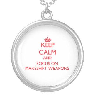 Guarde la calma y el foco en las armas de expedien colgante redondo