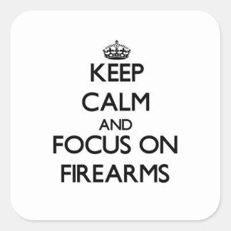 Guarde la calma y el foco en las armas de fuego pegatina cuadrada
