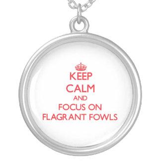Guarde la calma y el foco en las aves flagrantes pendiente personalizado