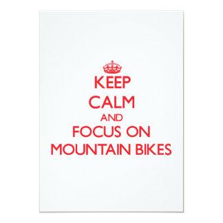 """Guarde la calma y el foco en las bicis de montaña invitación 5"""" x 7"""""""