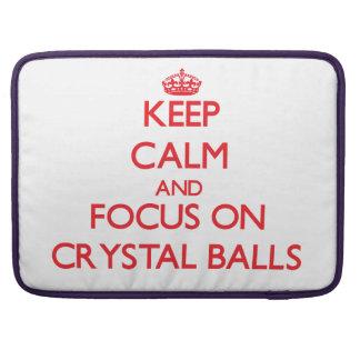 Guarde la calma y el foco en las bolas de cristal funda para macbook pro