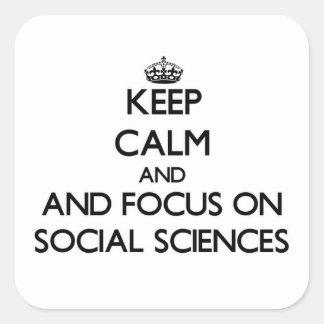 Guarde la calma y el foco en las ciencias sociales pegatina cuadrada