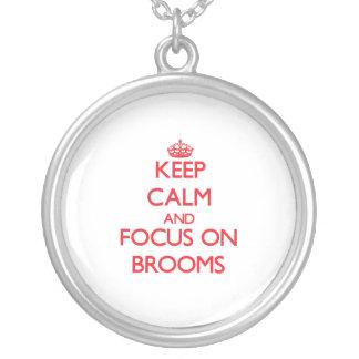 Guarde la calma y el foco en las escobas joyeria personalizada