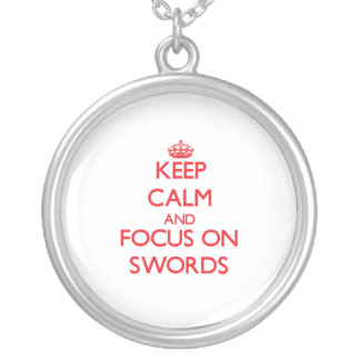 Guarde la calma y el foco en las espadas colgante personalizado