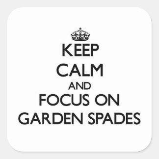 Guarde la calma y el foco en las espadas de jardín pegatinas cuadradas