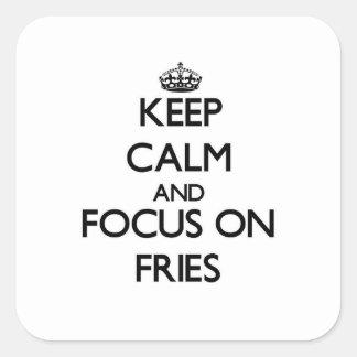 Guarde la calma y el foco en las fritadas calcomanías cuadradass