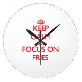 Guarde la calma y el foco en las fritadas reloj de pared