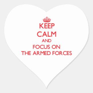Guarde la calma y el foco en LAS FUERZAS ARMADAS Pegatina En Forma De Corazón
