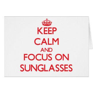 Guarde la calma y el foco en las gafas de sol tarjeta de felicitación