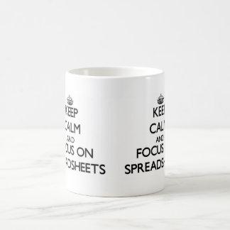 Guarde la calma y el foco en las hojas de balance taza básica blanca