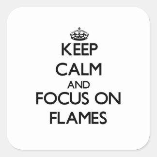Guarde la calma y el foco en las llamas calcomanías cuadradas personalizadas