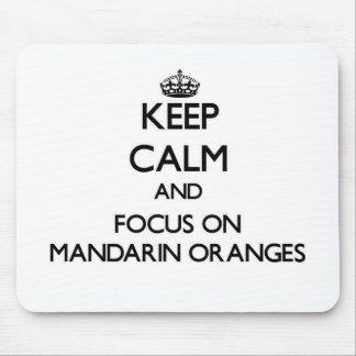 Guarde la calma y el foco en las mandarinas tapetes de raton